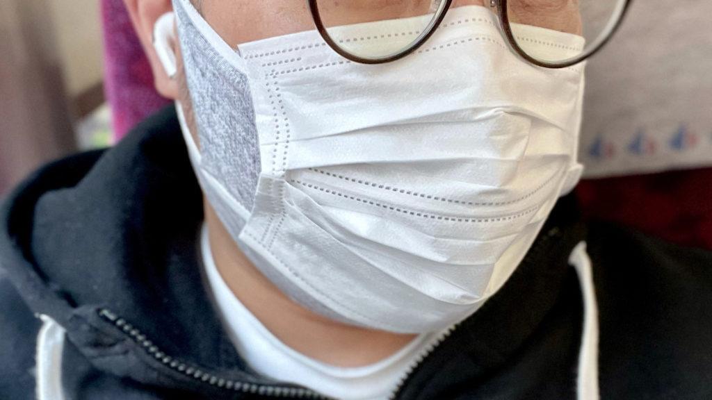 不織布マスクを重ねて装着